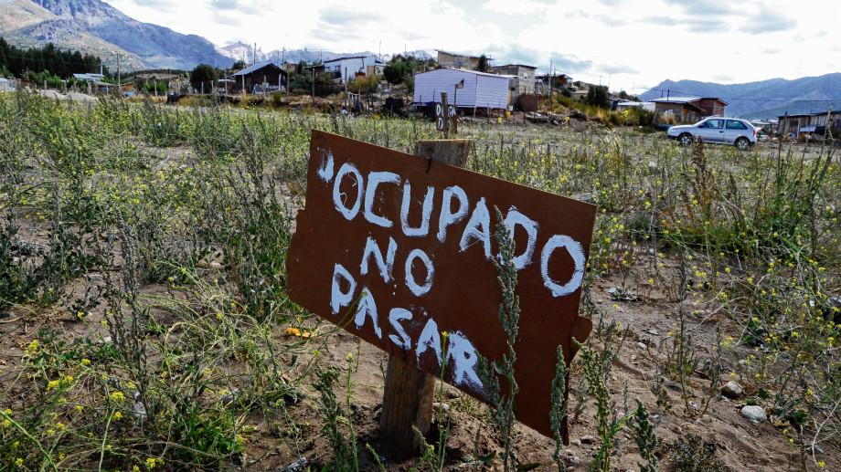"""Las """"tomas"""" de terrenos y el problema de la tierra urbana en Viedma"""
